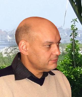 Fotografia de  António José Paiva de perfil com cidade em pano de fundo.